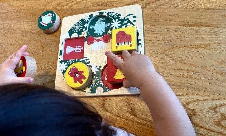 木の玩具で遊ぶ娘
